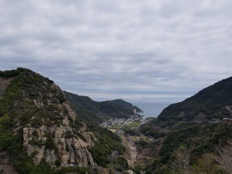 吉田ダム堤頂から見える吉田湾の景色