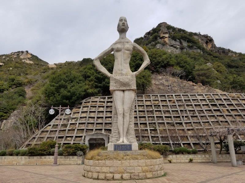 吉田ダムの石像(正面)