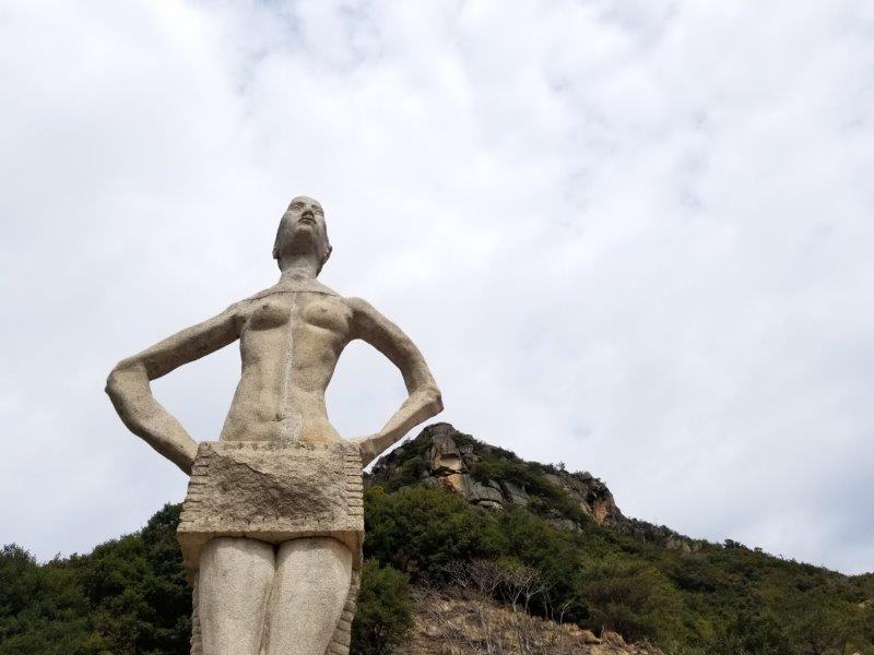 吉田ダムの石像(下から)