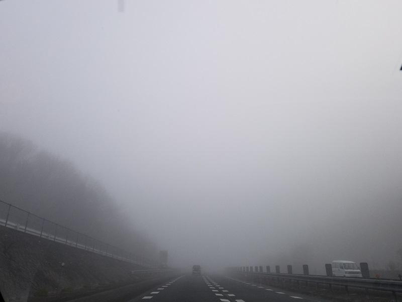 深い濃霧に覆われた松山自動車道