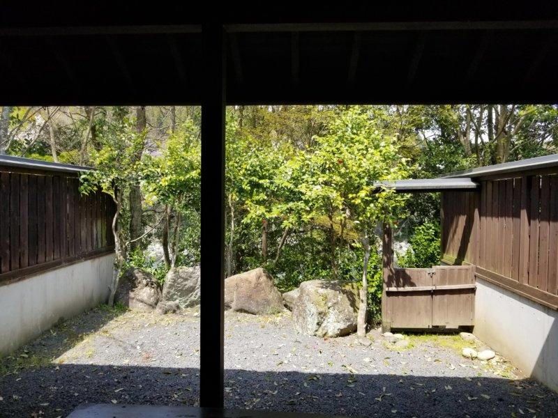 三日月の滝温泉キャンプ場(ロッジ風宿泊棟の庭)