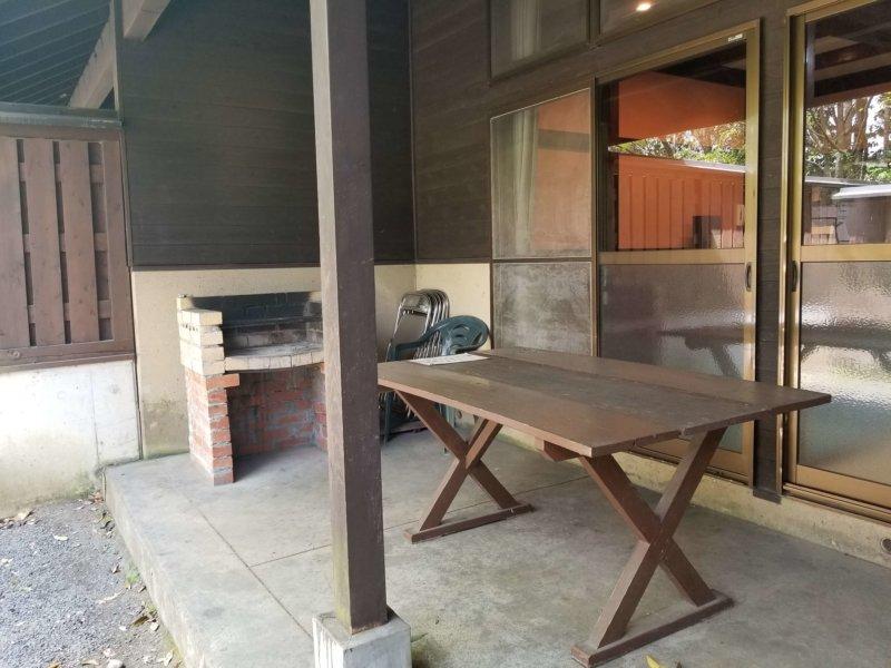 三日月の滝温泉キャンプ場(ロッジ風宿泊棟のテラス)