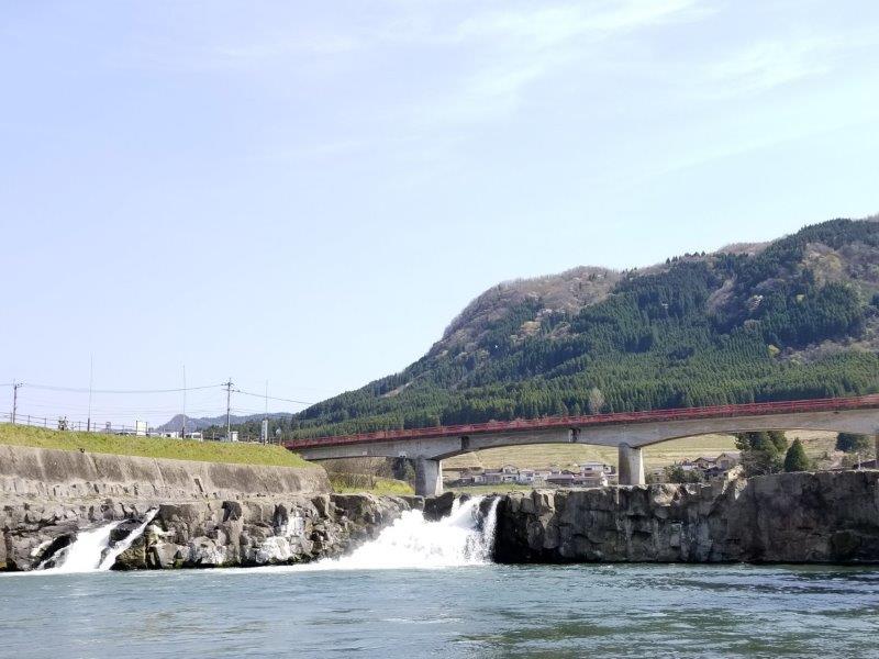 三日月の滝と山の景色