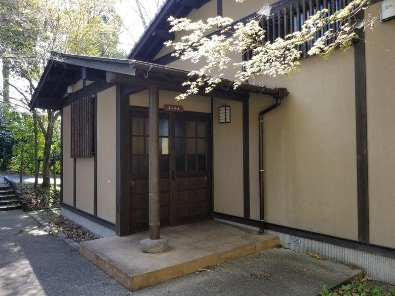 三日月の滝温泉キャンプ場(一戸建て宿泊棟の入口)