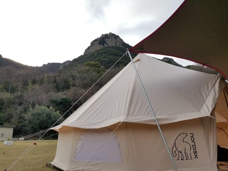 小豆島オートビレッジYOSHIDA(岩山とテント)