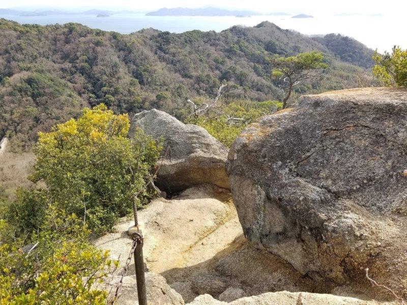 小瀬石鑓神社への岩道