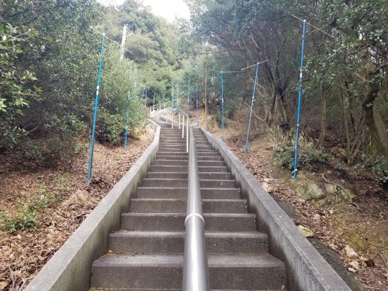 小瀬石鑓神社へつづく階段