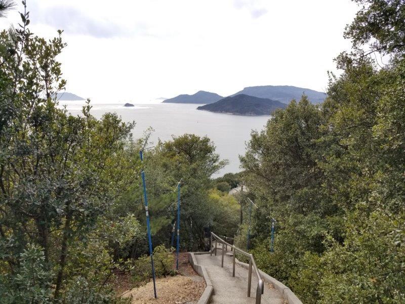 小瀬石鑓神社へつづく階段の上から