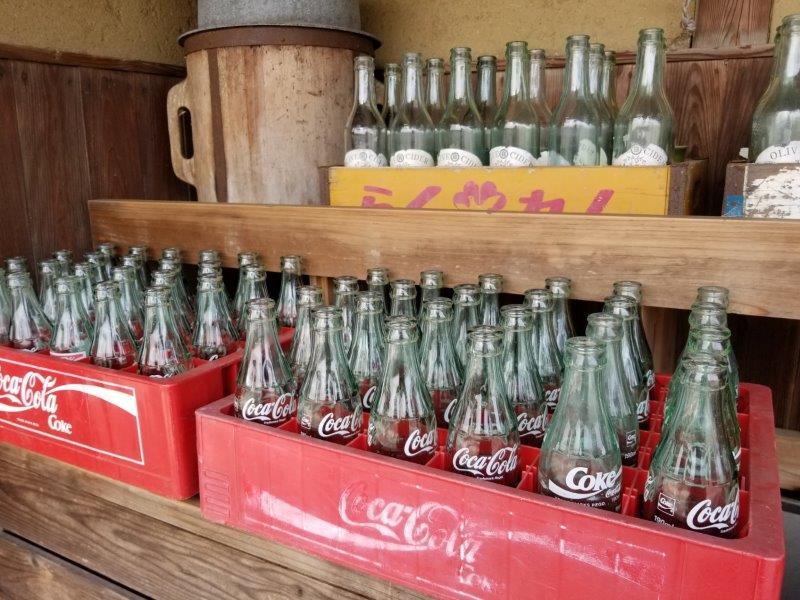 小豆島-こまめ食堂 店先のコーラ瓶