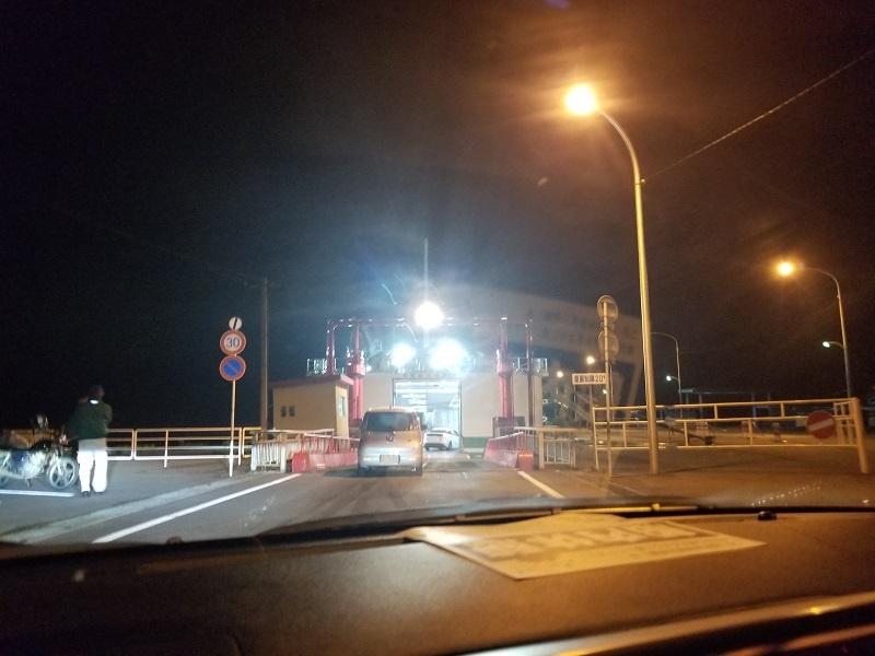 宇和島運輸あかつき丸に車で乗りこむ