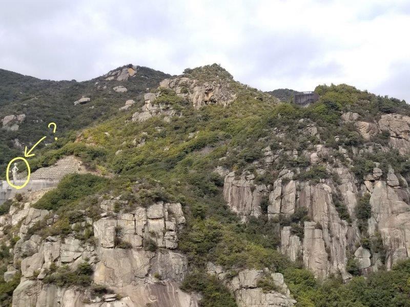 吉田ダム横の岩山