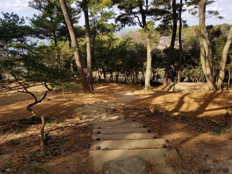 波戸岬キャンプ場の駐車場から一般サイトを抜けて管理棟へと続く階段