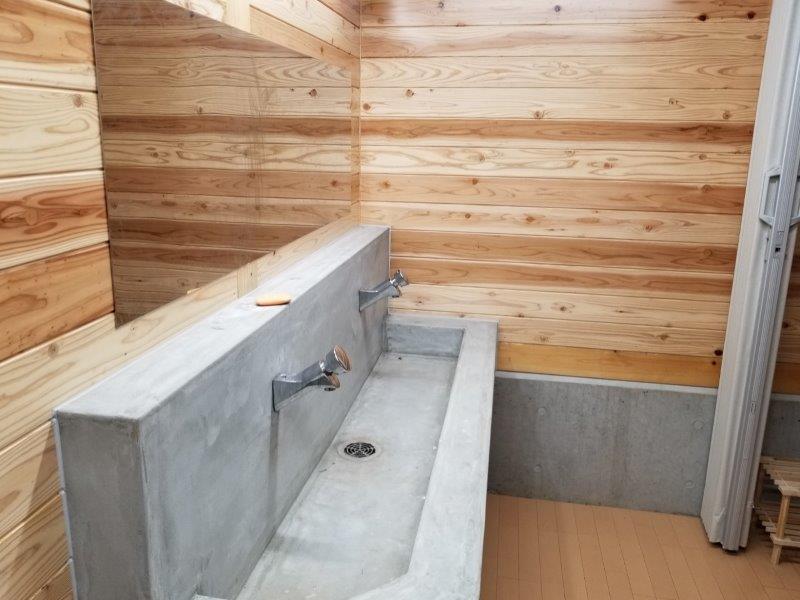 波戸岬キャンプ場のシャワールームの洗面台