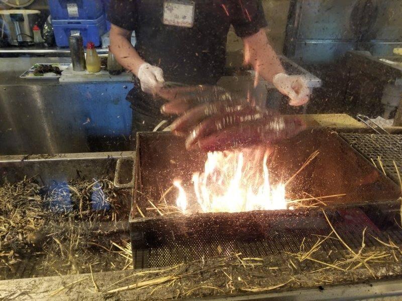 ひろめ市場の明神丸で藁焼きされる鰹