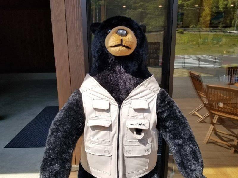 モンベル 五ケ山ベースキャンプ 管理棟の前にいる熊さん