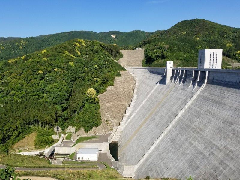 五ケ山ダムの堤頂から下