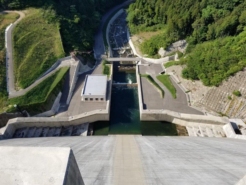 五ケ山ダムの堤頂から下を除のぞいてみた