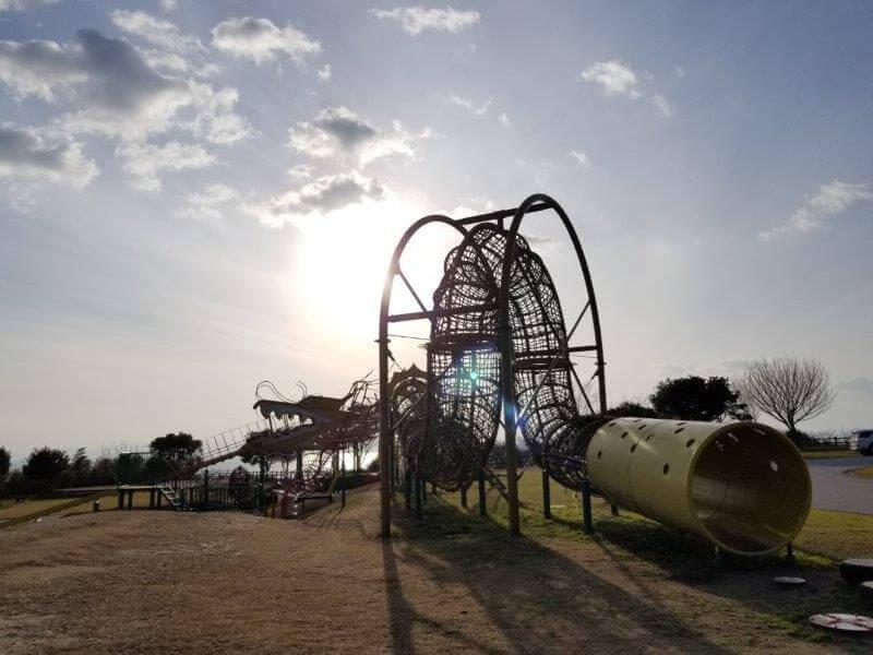 竜王山公園オートキャンプ場 竜の遊具と夕日