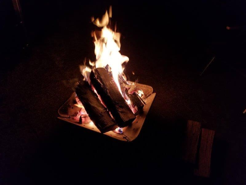 スノーピークおち仁淀川で焚き火をする