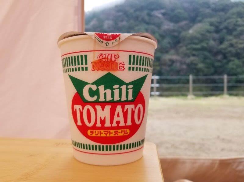 キャンプの朝ごはんにトマトチリヌードル
