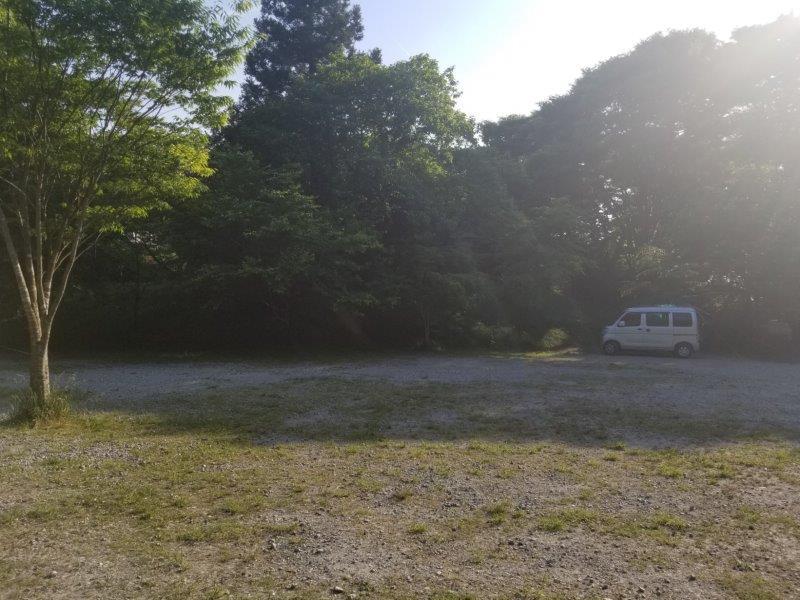 若杉楽園キャンプ場の夕方には日陰になるサイト