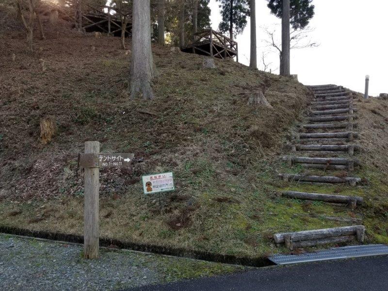 ゆのまえグリーンパレスキャンプ場のデッキサイト階段