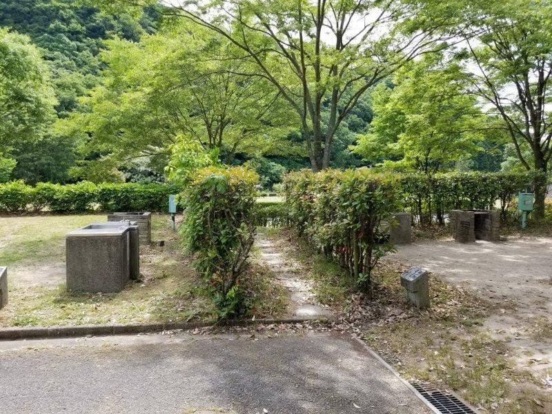 秋吉台オートキャンプ場Aサイトの小道