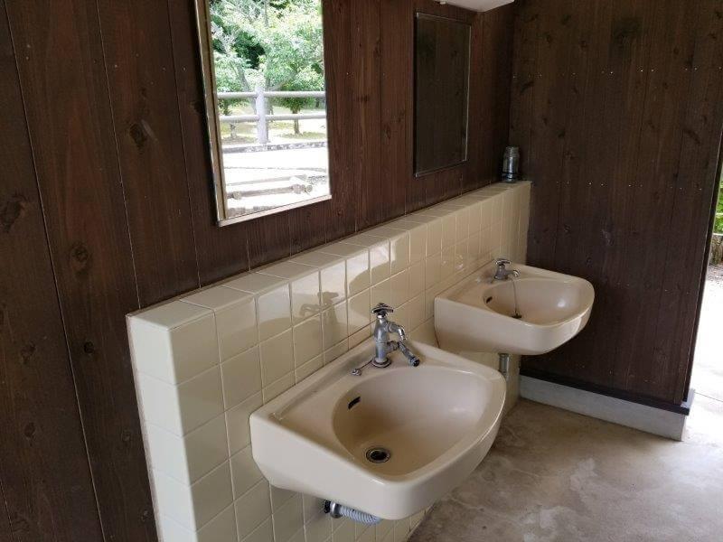 秋吉台オートキャンプ場Aサイト近くのサニタリー棟内の手洗い場