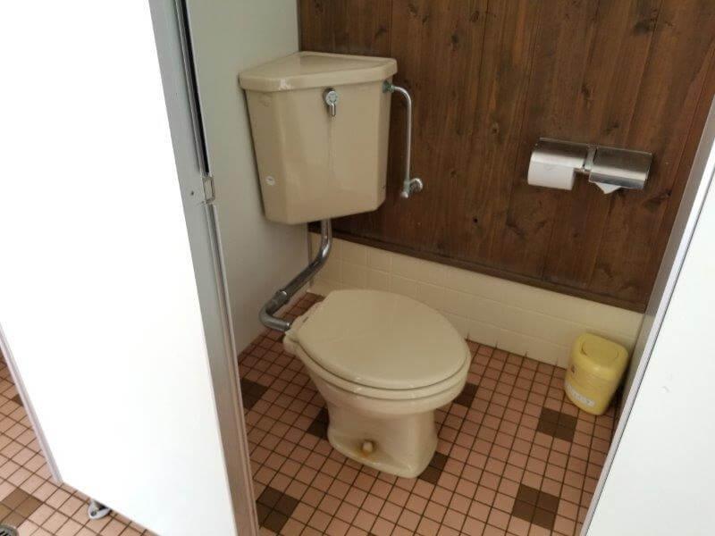 秋吉台オートキャンプ場Aサイト近くのサニタリー棟内の洋式トイレ
