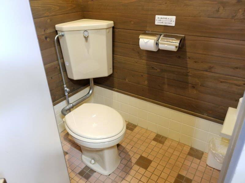 秋吉台オートキャンプ場Bサイト近くの洋式トイレ