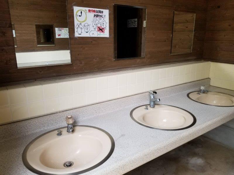 秋吉台オートキャンプ場Bサイト近くのサニタリー棟にある手洗い場