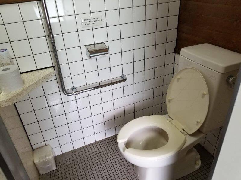 秋吉台オートキャンプ場Sサイト近くにある洋式トイレ