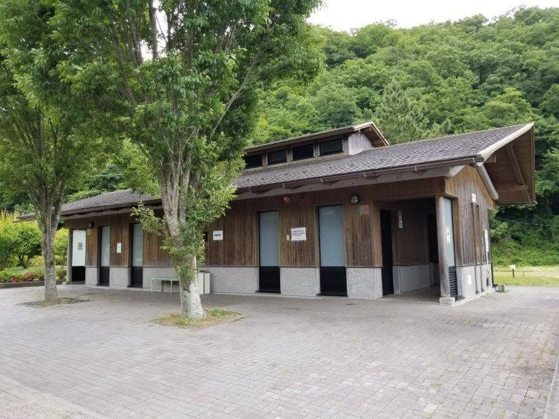 秋吉台オートキャンプ場Sサイト近くにあるトイレ