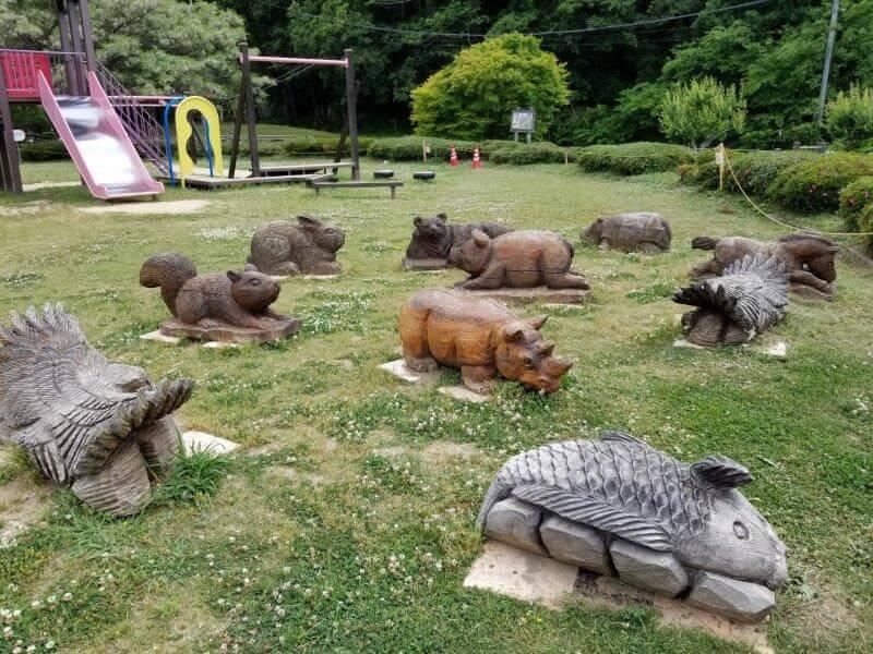 秋吉台オートキャンプ場の木彫りの動物群