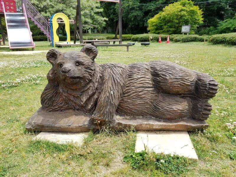 秋吉台オートキャンプ場の木彫りの寝ころび熊さん