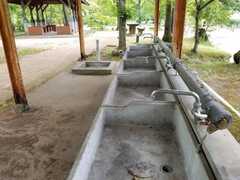 秋吉台オートキャンプ場のテントキャンプ場近くの流し台シンク