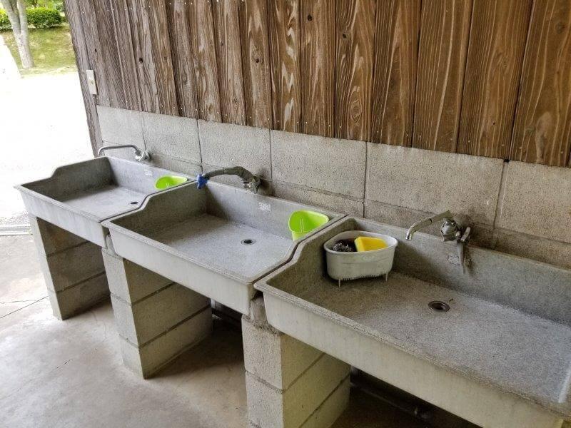 秋吉台オートキャンプ場のサニタリー棟にある流し台