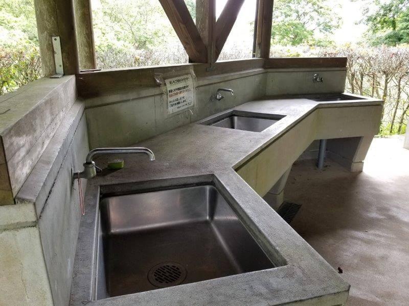 秋吉台オートキャンプ場の炊事棟の流し台