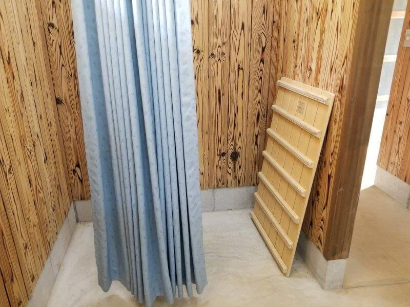 秋吉台オートキャンプ場の洗面所にある着替えスペース