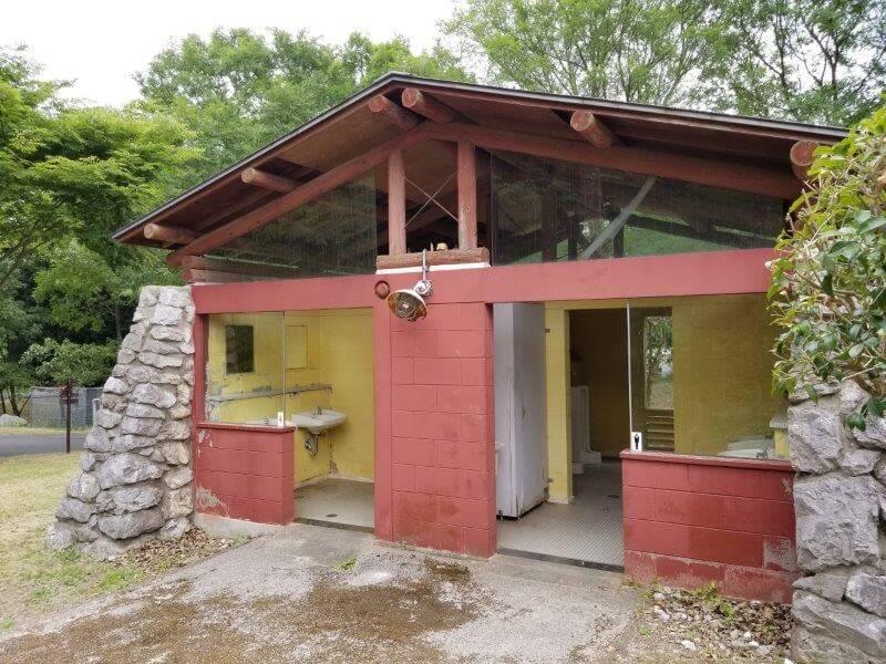 秋吉台家族旅行村一般キャンプ場近くのトイレ