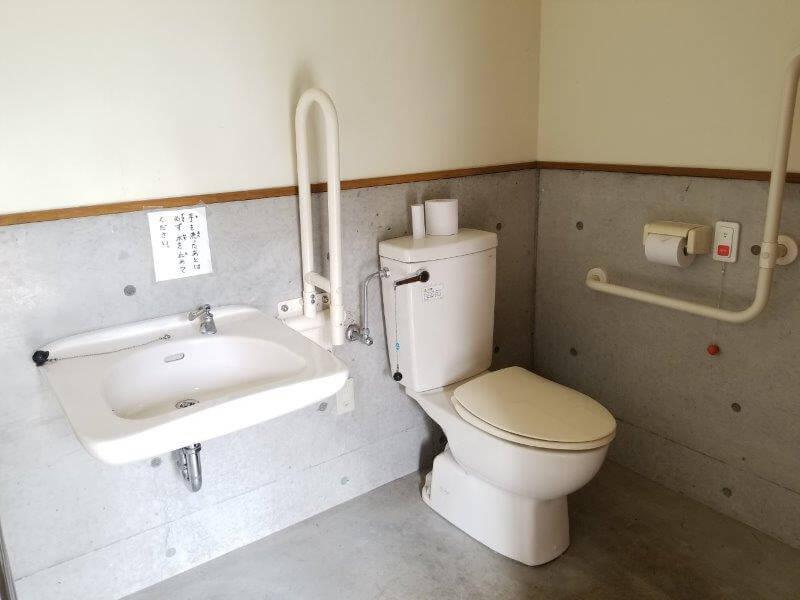 秋吉台家族旅行村オートキャンプ場の障がい者用トイレ