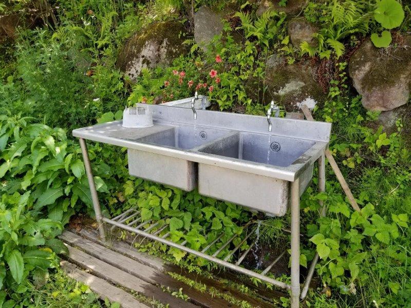 ゴンドーシャロレー噴水サイト近くの共同流し台