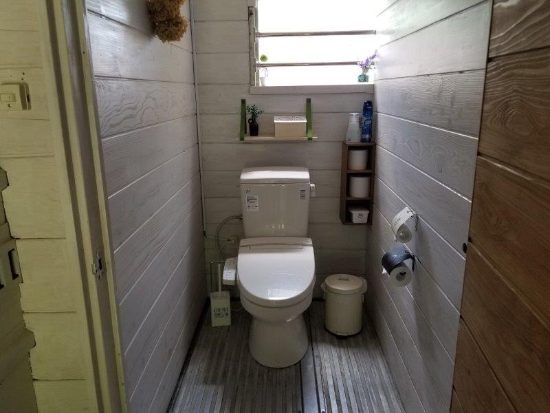 ゴンドーシャロレーのキレイなコンテナトイレ個室