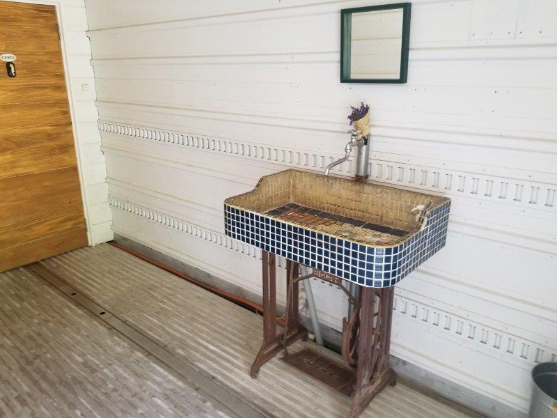 ゴンドーシャロレーのキレイなコンテナトイレ手洗い場