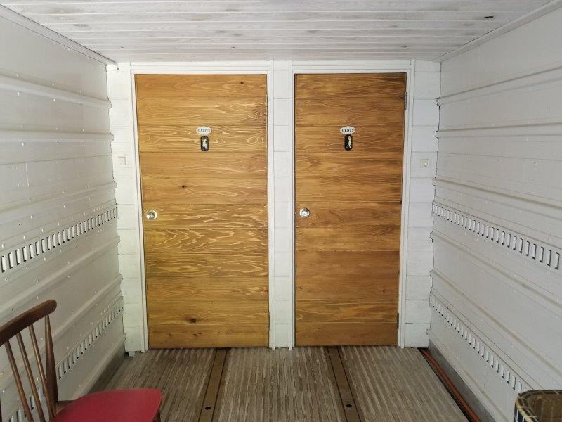 ゴンドーシャロレーのキレイなコンテナトイレ内部