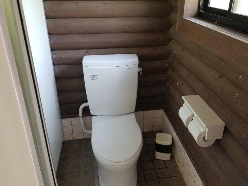 糸ヶ浜海浜公園オートサイト山側にある洋式トイレ