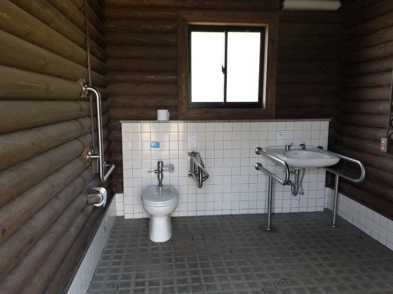 糸ヶ浜海浜公園オートサイト海側にある障がい者用トイレ