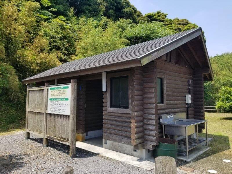 糸ヶ浜海浜公園オートサイト山側にあるトイレの外観