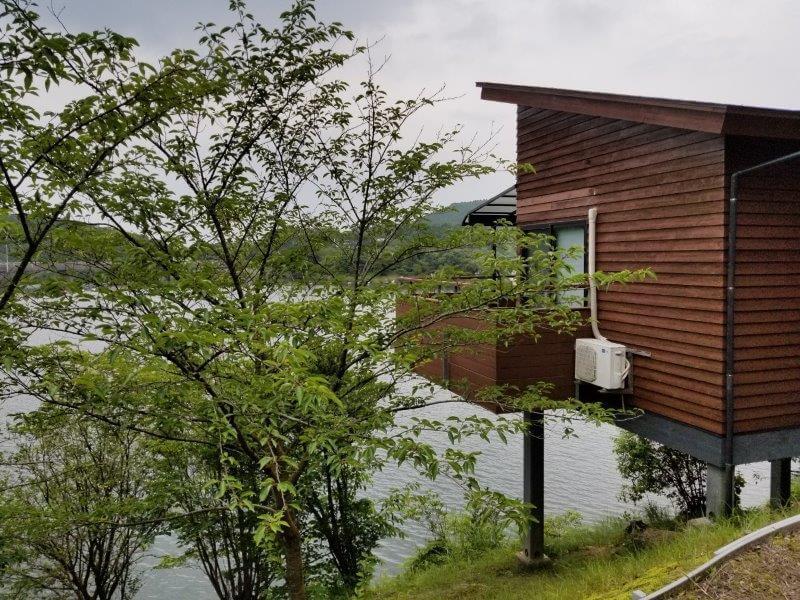 伊佐ノ浦公園の湖畔にあるコテージ