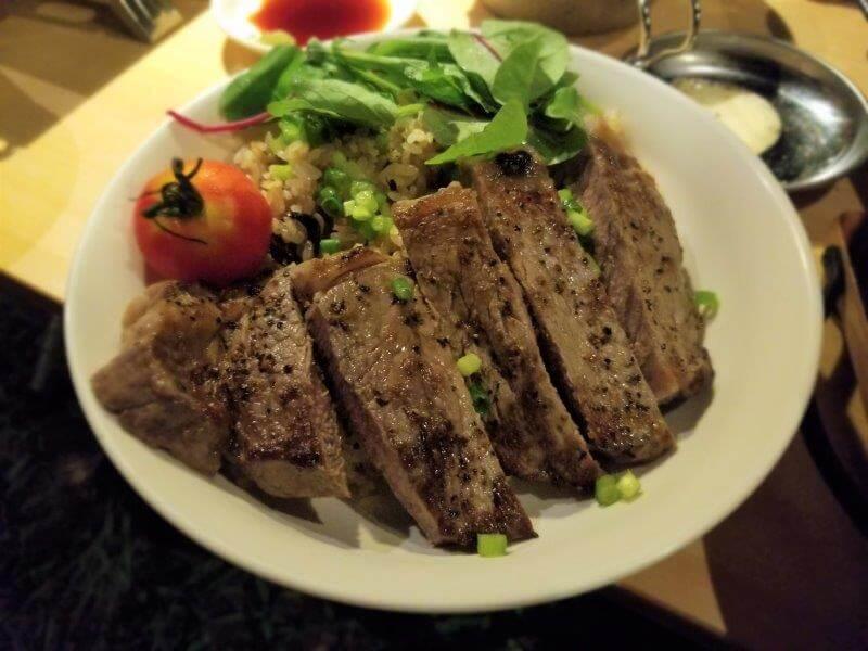 牛ステーキとガーリックライス